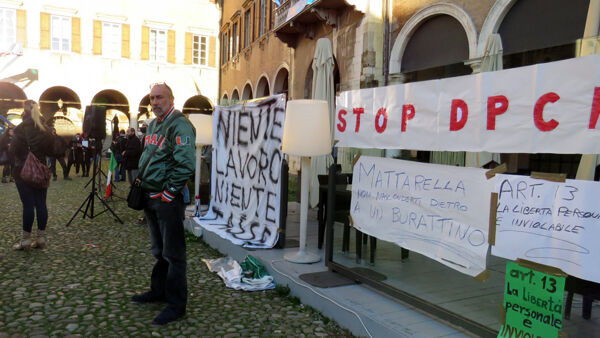 "VIDEO | I ""No lockdown"" protestano in Piazza Grande insieme alle partite Iva"
