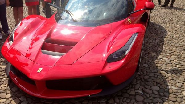 LaFerrari fa capolino in Piazza Grande, alla guida James May