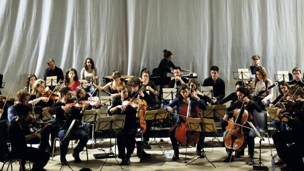 """Spira Mirabilis, l'orchestra di giovani musicisti da tutta Europa in """"Sogni d'inverno"""" di Tchaikovsky"""