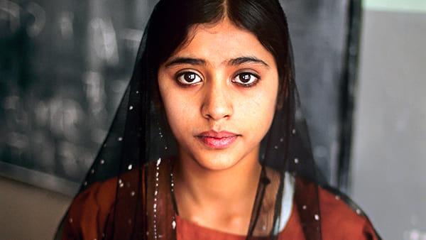 McCurry, 70 immagini scattate in ogni angolo del mondo dedicate alla passione per la lettura