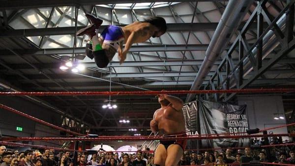 I campioni del wrestling sul ring in piazza a Ravarino