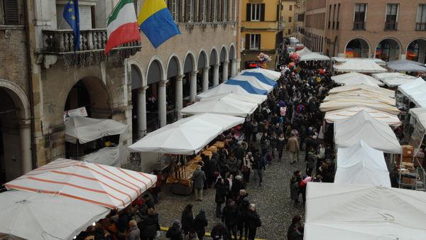 Un venerdì fra le bancarelle in centro storico per la Fiera di Sant'Antonio
