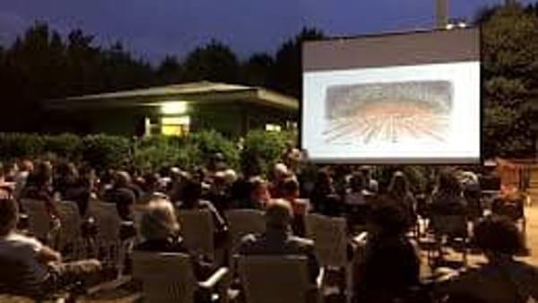 Quattro serate di cinema all'aperto nella piazza di Modena Est
