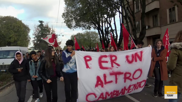 """Un centinaio di studenti in corteo contro il governo: """"No a Salvini e Pillon"""""""
