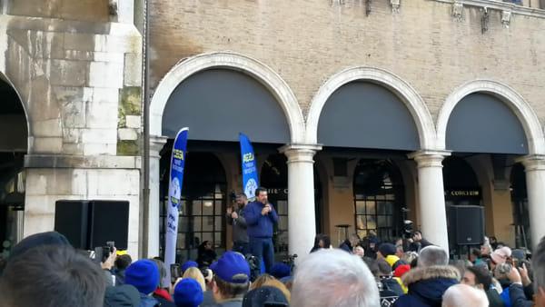 IL VIDEO | Contestazione in Piazza Grande, un gruppo di sardine al comizio di Salvini