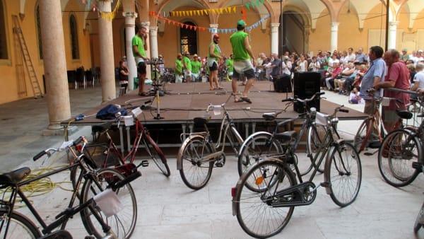 Le biciclette smarrite vanno all'asta per beneficenza