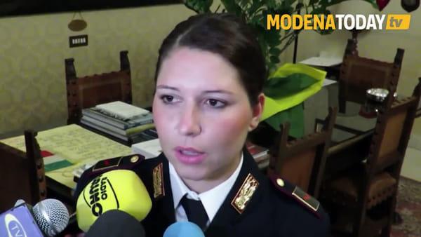 """""""Abbiamo conquistato la sua fiducia"""", così i poliziotti hanno salvato la ragazza sul cornicione - IL VIDEO"""
