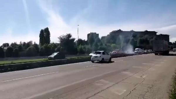 VIDEO | Vegetazione in fiamme lungo la Tangenziale, arrivano i Vigili del Fuoco
