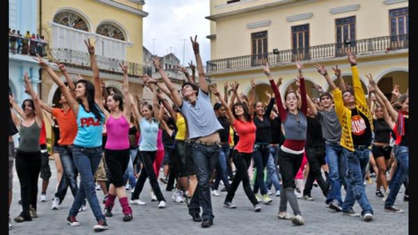 Un flashmob in Piazza Grande a favore dell'allattamento al seno