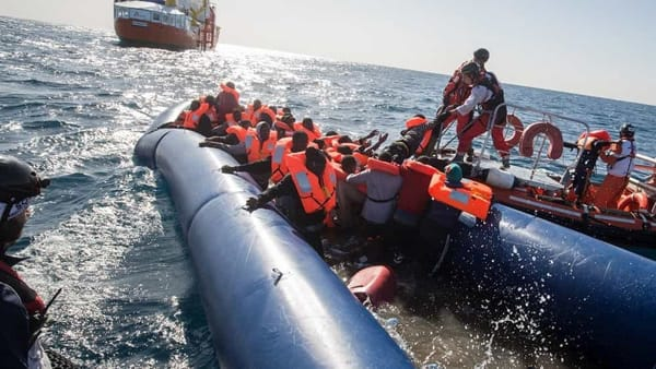 Catena umana in Piazza Grande per i migranti bloccati in mare