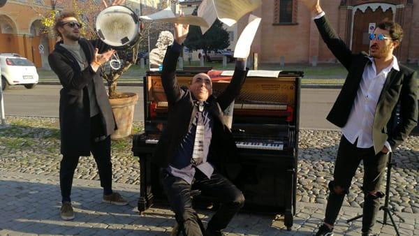 """""""Il Piano fuori Posto"""". In piazza San Francesco il primo pianoforte pubblico di Modena"""