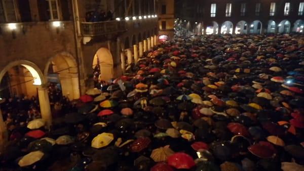 """IL VIDEO - Migliaia di """"sardine"""" intonano Bella Ciao in piazza"""