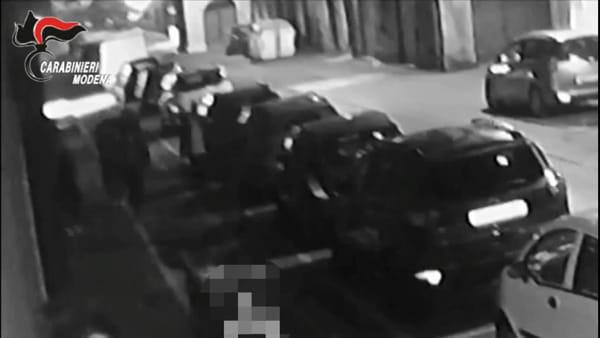 VIDEO | Giovani vandalizzano le auto in sosta a Carpi